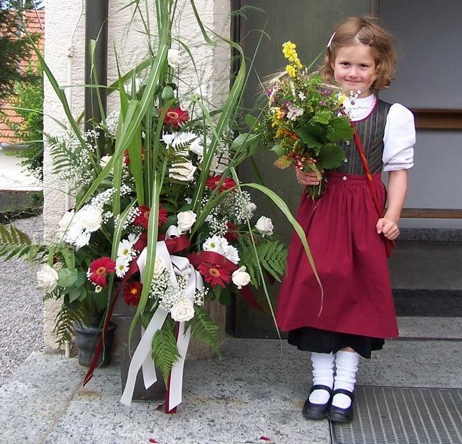 Die kleine Johanna Roth nach der Kräuterweihe am Himmelfahrtstag