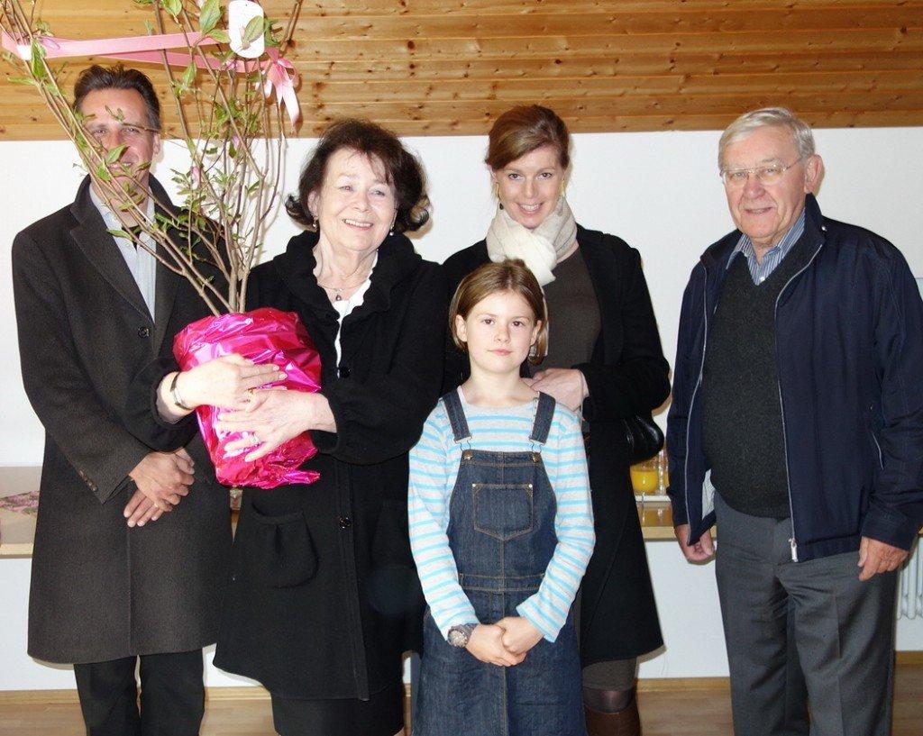 Die Jubilarin mit ihrer Familie und Seelsorger Dr. Wolfgang Schwab