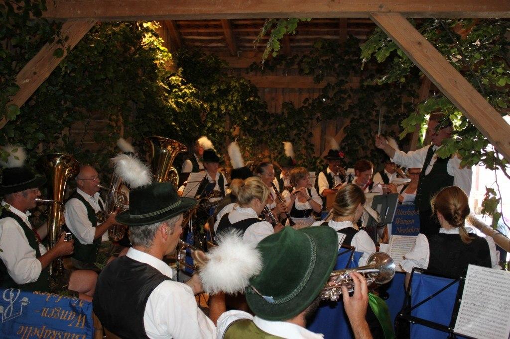 Die Blaskapelle Wangen-Neufahrn umrahmt das Fest