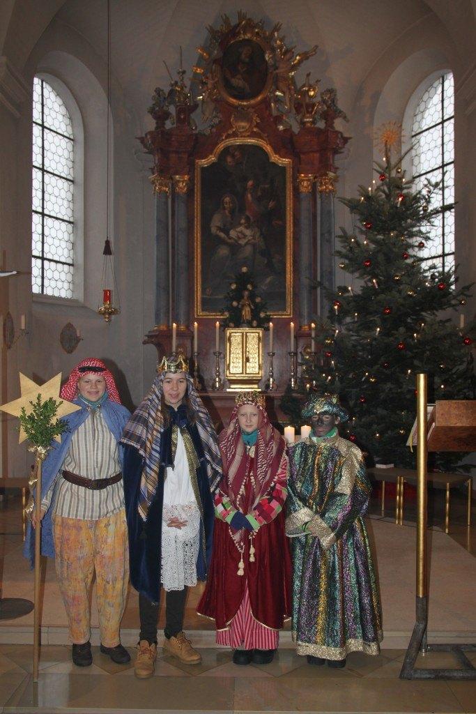 Die drei Könige mit ihrem Sternträger (v.l. Rebecca Neubarth, Vanessa Rehberg, Magdalena Schäffler und Emilia Wilhelm)
