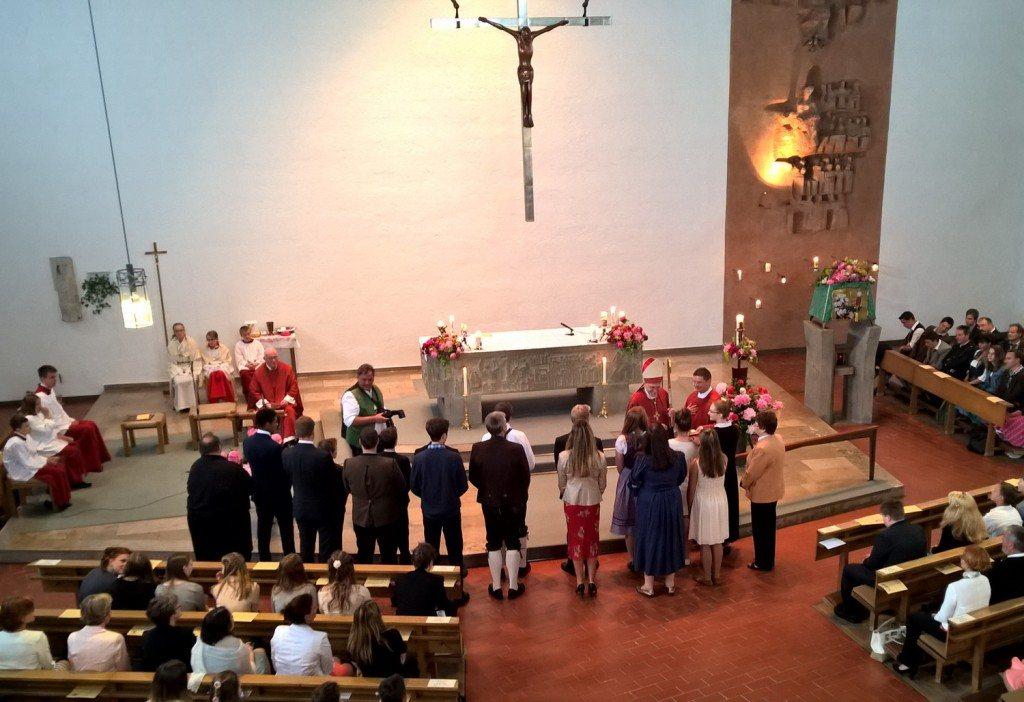 Viel Zeit nahm sich Weihbischof Dietl für die einzelnen Firmlinge - wie hier für die Kandidatinnen aus Wangen