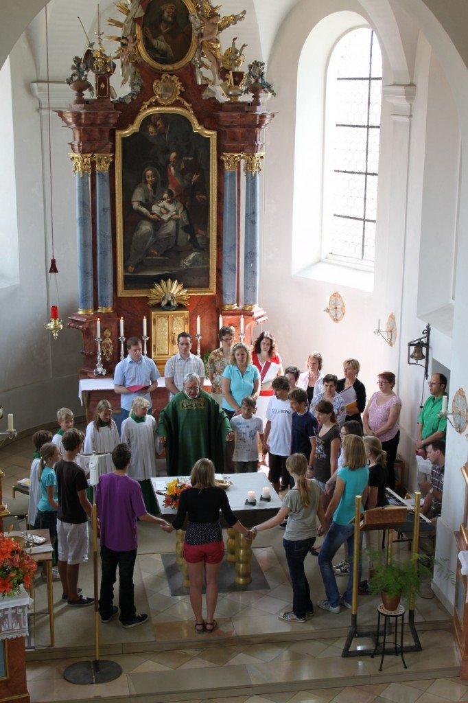 Dr. Wolfgang Schwab umringt von Ministranten, Firmlingen und den Mitgliedern des Epiphanias Chores